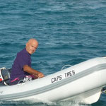 Jose acercándose a buscar algo al Cap's