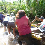 Empujando el cayuco para entrar en Río Sidra