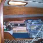 organizando las cajas de repuestos en el camarote de literas