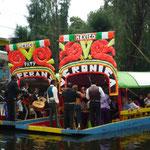 Navegando por los canales de Xochimilco