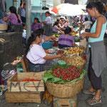 Comprando unas exquisitas fresas en el mercado