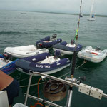 Los dinghys amarados mientras la tripulaciones comen la caldereta