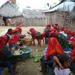 Las mujeres kunas preparando la fiesta de la chicha