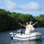 Ángel y Carlos comprobando el fondo en la zona de manglares