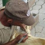 Artesano tallando una figurita