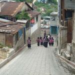 Los niños salen de la escuela