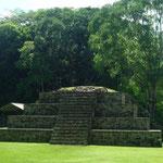 Piramide radial con graderías en sus cuatro lados
