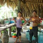 Karina, la cocinera, y Cruz, el excelente guía local