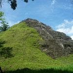 Muestra de una pirámide solo medio recuperada