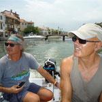 En el dinghy del Bahía navegando por los canales