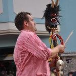 Ein Musiker mit der Teufelsgeige auf dem Knödelfest in St. Johann