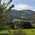 Blick vom Koglhof ins Tal auf Ellmau am Wilden Kaiser