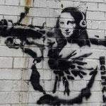 La-Gioconda-con-bazooka-l-originale-di-Banksy
