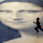 L'artista Katy Webster ha infatti pensato di riprodurre la Gioconda su una superficie di ben 240 metri quadrati. La maxi riproduzione si trova in Galles ed è stata realizzata per decorare il centro commerciale Eagles Meadow di Wrexham.