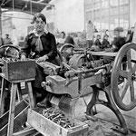 Fabrication de douilles pour cartouches de fusils de calibre 7mm a l'arsenal de Toulouse, avril 1917.