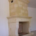 Cheminée traditionnelle et son trumeau en pierre de Beaulieu.