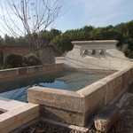 Bassin avec pierre de récupération (parapet), fonton et surverse en pierre d'Estaillades.