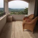 Terrasse couverte en Beauval finition brossée. Format longueur libre en bande de 20 - 30 - 40 cm