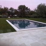 Terrasse piscine en Travertin vieilli opus Romain 4 formats.