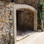 Arc surbaissé massif en Cenia beige, finition bochée. Portée 3,50 m.