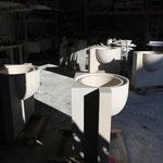 Vasques crachoir massives en pierre de Moléanos à l'atelier. Vu de la gorge de débordement.