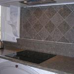 Plans cuisine en Cenia Azul épaisseur 3 cm, finition adoucie. Damier couleur naturel et renforcement de couleurs.