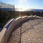 Couvertine droite et courbe en escalier en Massangis, épaisseur 5 cm, finition brossée.