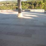 Terrasse extérieure en Massangis beige et clair finition brossée. Longueur libre en bande de 30, 40, 50 cm.