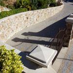 Couvertine droite et courbe en escalier en Massangis, épaisseur 5 cm, finition brossée. Chapiteau massif avec pointe de diamant.