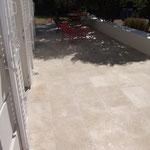 Terrasse extérieure en Ampilly finition brossée. Format 60 x 40 et 40 x 40 cm.