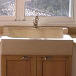 Evier massif en Crème d'Orient avec un égouttoir rentrant, réhausse brut pour robinet.