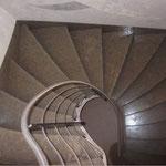 Escalier sur Voûte Sarrasine en Cénia Azul. Les marches sont évolutives, d'une forme convexe vers une forme concave avec plinthes rampantes