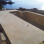 Terrasse piscine en Massangis jaune finition brossée. Longueur libre en bande de 30 cm.