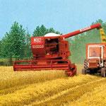Laverda M182 Mähdrescher mit Fiat 550 Traktor