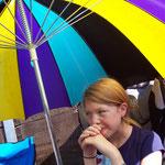 Janica Schlüer beobachtet unter einem Sonnenschirm das Rennen