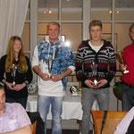 Ehrung der Superkart-Fahrer, (v.li.) Tjark (in der Vergrößerung) und Janica Schlüer, Normen-Marcel Raabe, Fabian Meyer und Vorsitzender Sascha Schlüer
