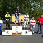 Auch Normen-Marcel-Raabe (re.) landete auf Platz 5 und war damit bester Hadler Fahrer in seiner Altersklasse 5. Auf dem 1. Platz durfte Kevin Paschke (MC Lebusa) den Siegerpokal entgegennehmen