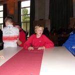 Hadler Fahrer und Begleiter bei der Siegerehrung am Tisch