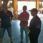 Gespräche zwischen Offiziellen, li. dem 1. Vorsitzenden des MSC Land Hadeln, Sascha Schlüer, Trainer Oscar Föge (Mitte) und dem Jugendwart des MC Lebusa (re.)