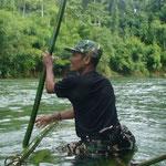 Unser Ranger auf dem selbstgebauten Kanu aus Bamboo