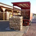 Anlieferung per LKW mit Ladebordwand und Hubwagen