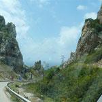 Durch die Berge. Im Hintergrund  der Pan di Zuchero