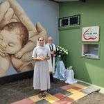 """Schwester Carmela und Bischof Bertram Wick bei der Einweihung der """"Wiege des Lebens""""."""