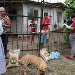 Verteilung der Lebensmittel an die Familien.