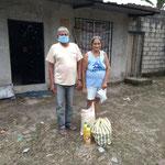 Auch dieses ältere Ehepaar freut sich sehr über die Unterstützung in diesen schweren Zeiten.