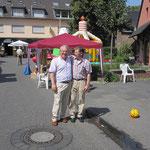 Herr Pinsdorf und Herr Nolden beim Torwandschießen