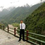 Mr. Jiao vom bildungsministerium in Gongshan. Er hat uns in Liuku abgeholt.