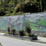 Wandbemalungen zeigen die Sehenswürdigkeiten in Gongshan