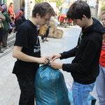 Fertige Säcke/kartons werden an die Dorfvorsteher übergeben