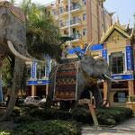 Elefanten säumen die Einfahrt eines Hotels